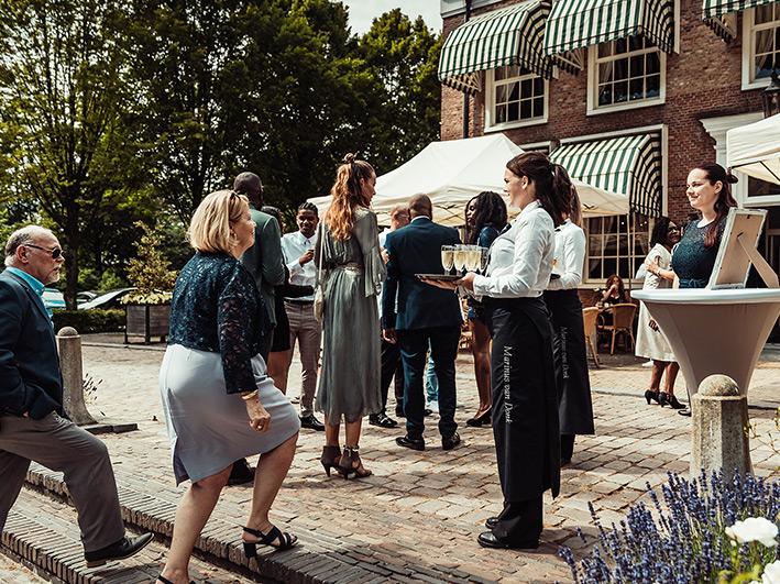 Mooi gedekte tafel met wijnglazen en bestek bij Landhuis De Oliphant in Rotterdam.