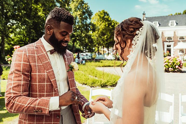 Bruidegom zet handtekening tijdens huwelijksvoltrekking bij Landhuis De Oliphant in Rotterdam.